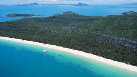 WHITEHAVEN BEACH IN THE BARRIER REEF, AUSTRALIA